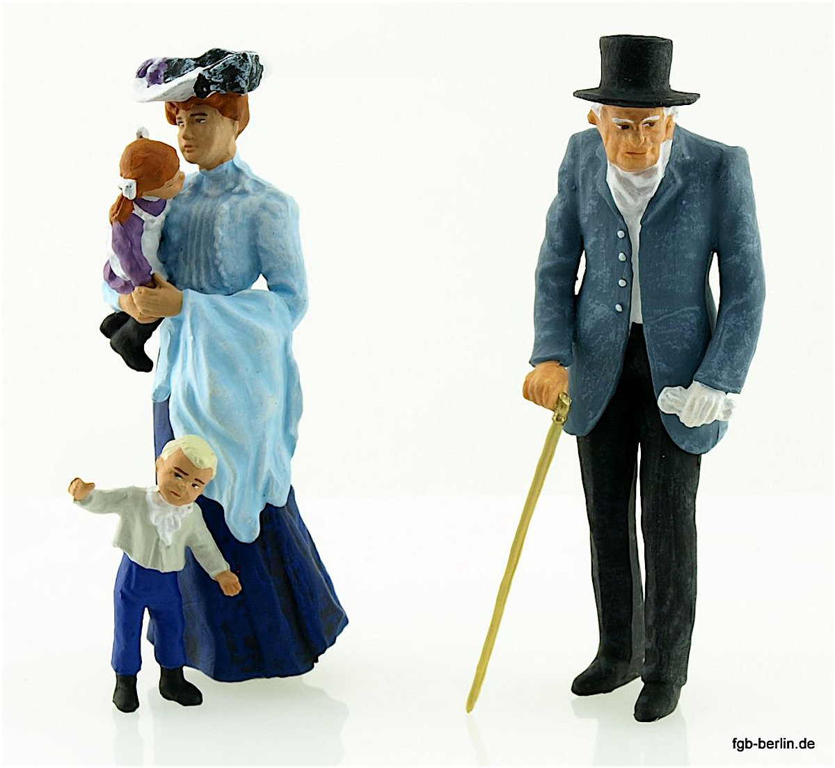 Alter Herr, Dame mit Kindern (Older gentleman, lady with children)