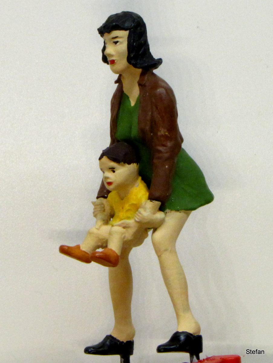 Frau mit pullerndem Kind (Woman with child going pee)