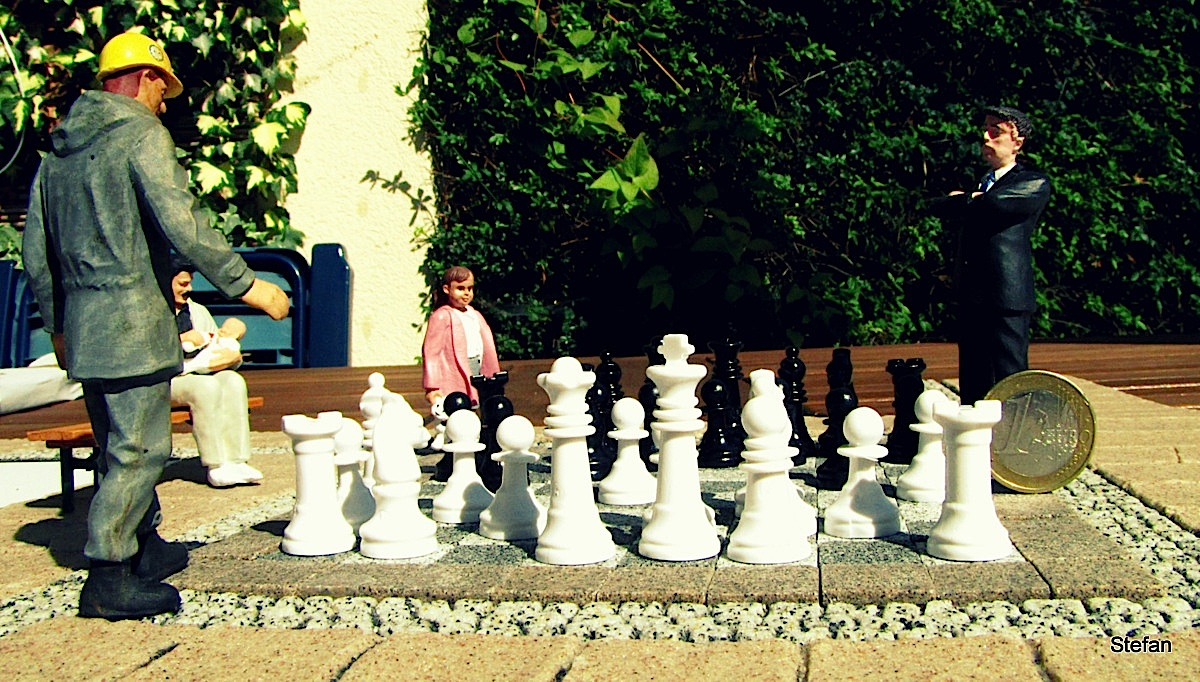 Schachbrett mit Figuren (Checkerboard with chess figures)
