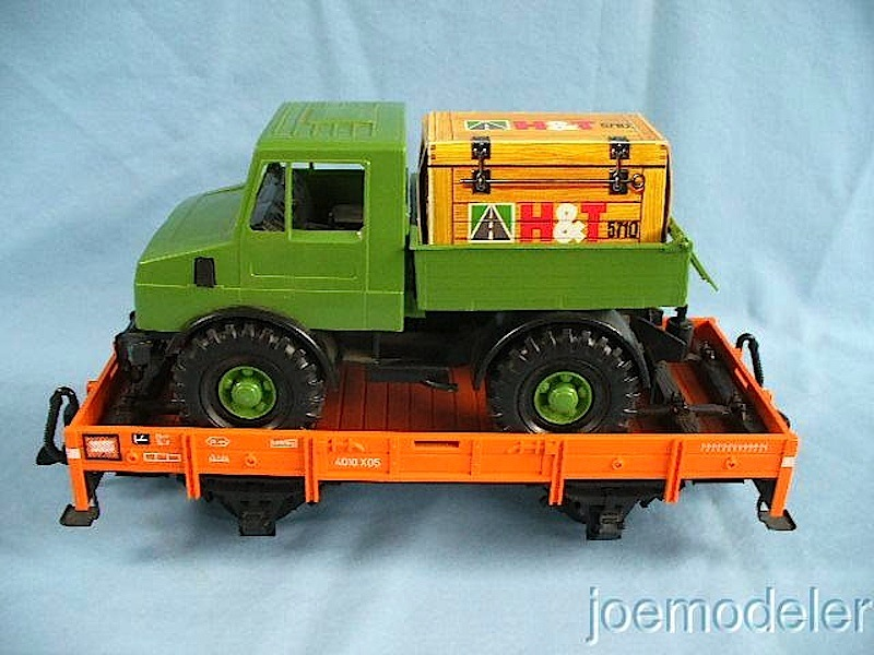 Niederbordwagen mit Unimog (Low-sided gondola with truck)
