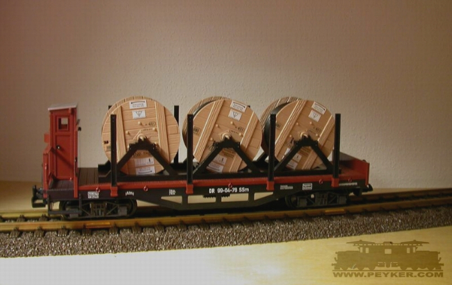 DR-Rungenwagen SSm 99-04-76, mit Kabelrollen beladen (Flatcar, loaded with cable reels)
