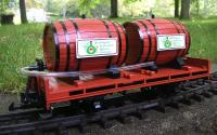 Flachwagen mit Weinfässern (Flat car with wine barrels)